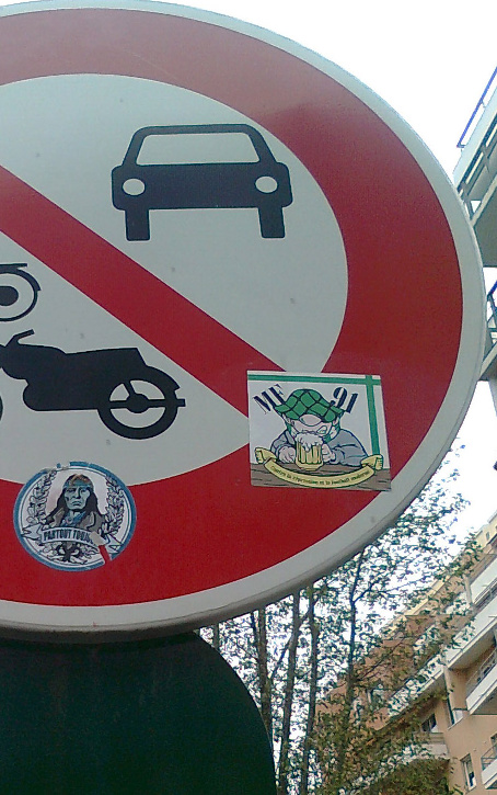 Stickers for greater group visibility: on this road sign, located in the neighbourhood of the Saint-Étienne ground (Stade Geoffroy-Guichard), stickers from both the Green Angels and the Magic Fans can be seen (photo © B. Ginhoux)