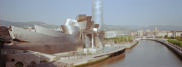 The Guggenheim Museum and the banks of the Nervión in Bilbao, Spain © (...)