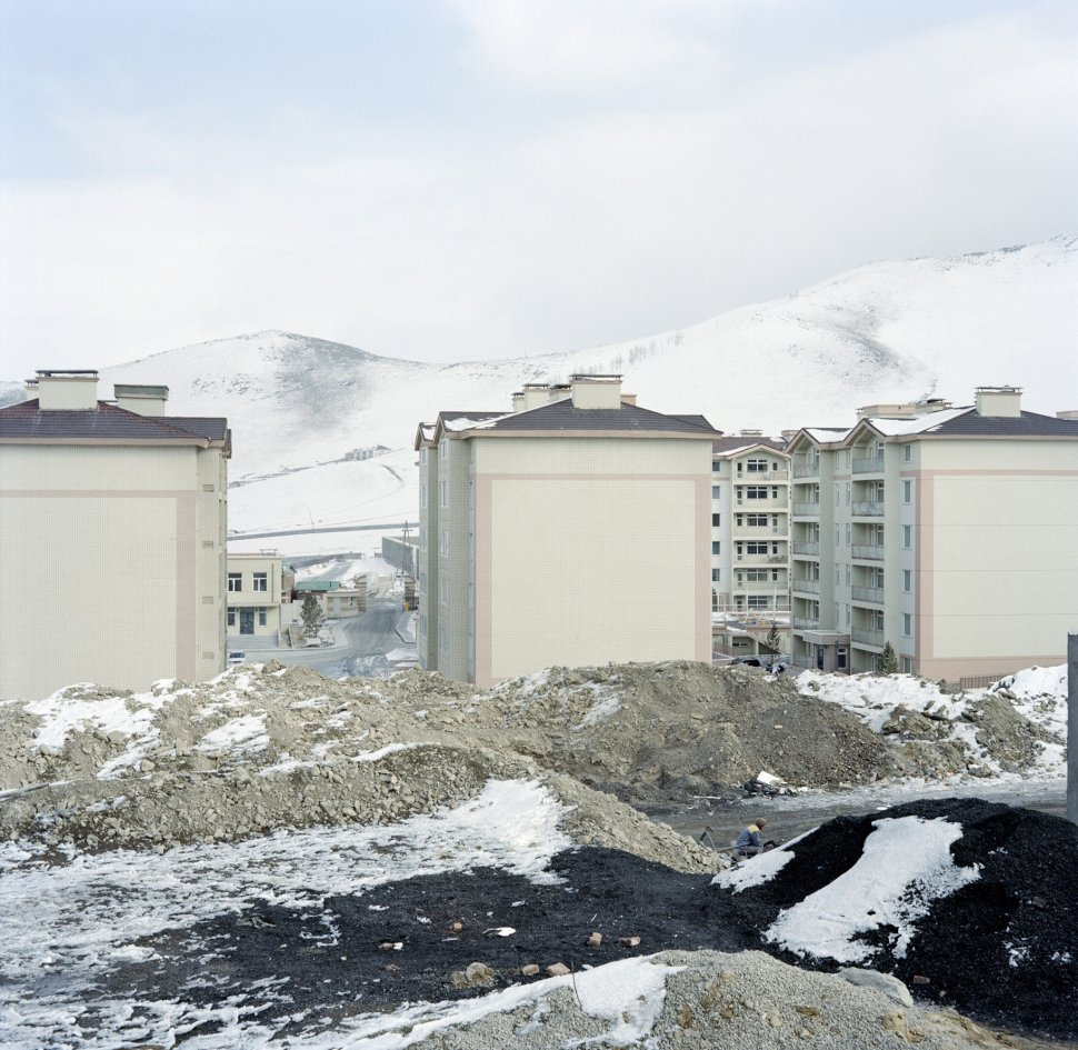 <p>Construction of apartment blocks to the north of the city. The air pollution due to coal-fired stoves does not reach as far as this neighbourhood, which is intended for well-off residents.</p> <p>Zaisan, Ulan Bator, December 2011.</p>